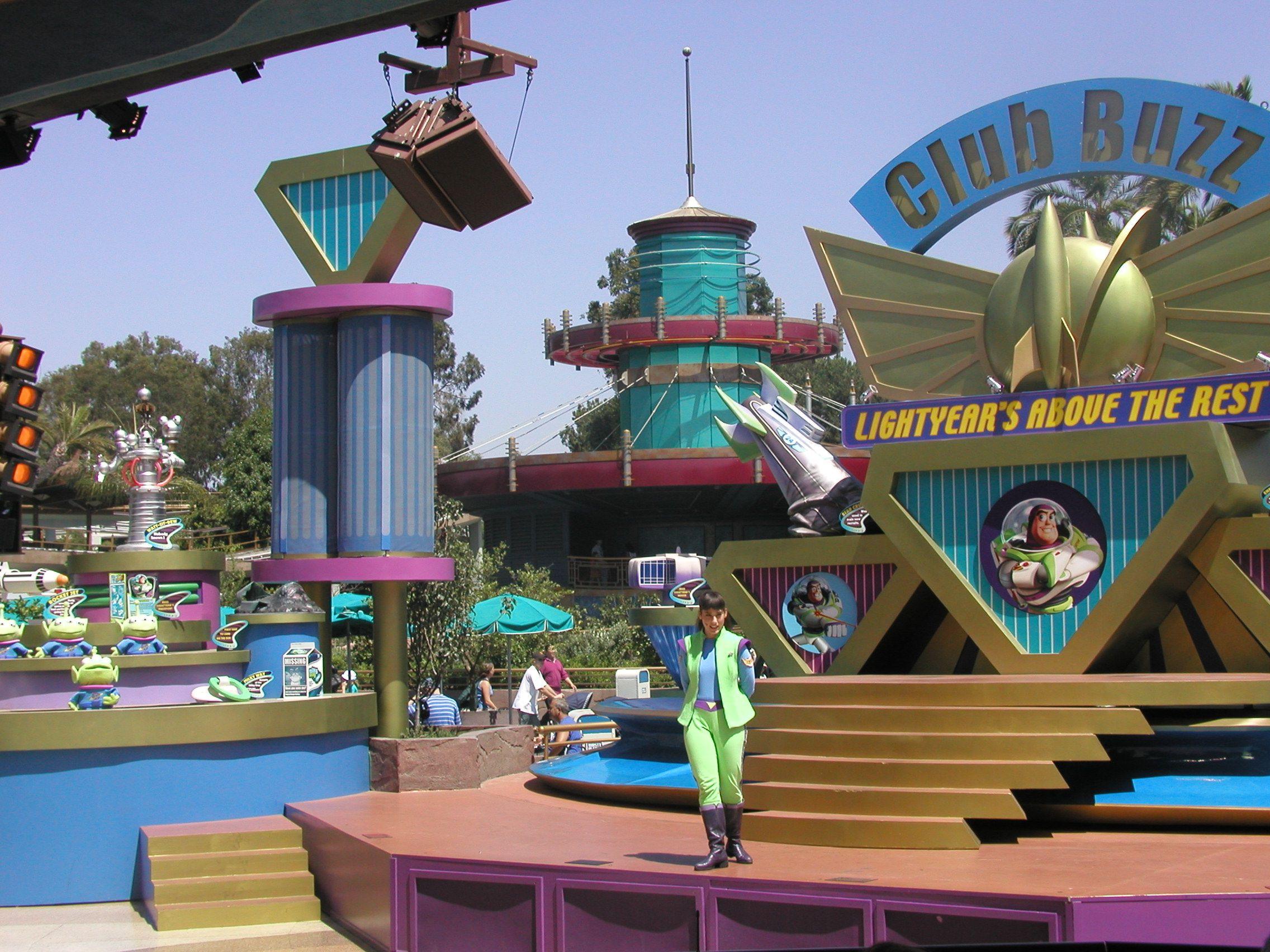 Club Buzz In Disneyland S Tomorrowland Closed